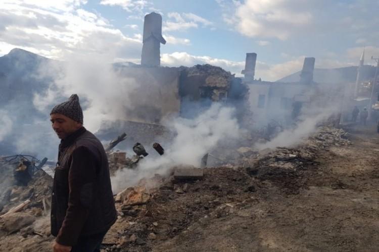 Isparta'da yangın: 3 ev, 2 traktör kullanılmaz hale geldi