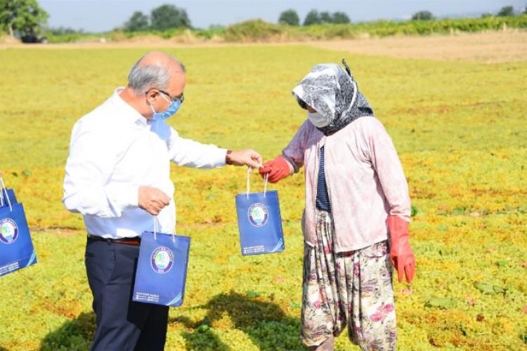 Başkan Kayda mevsimlik işçilere maske ve dezenfektan dağıttı