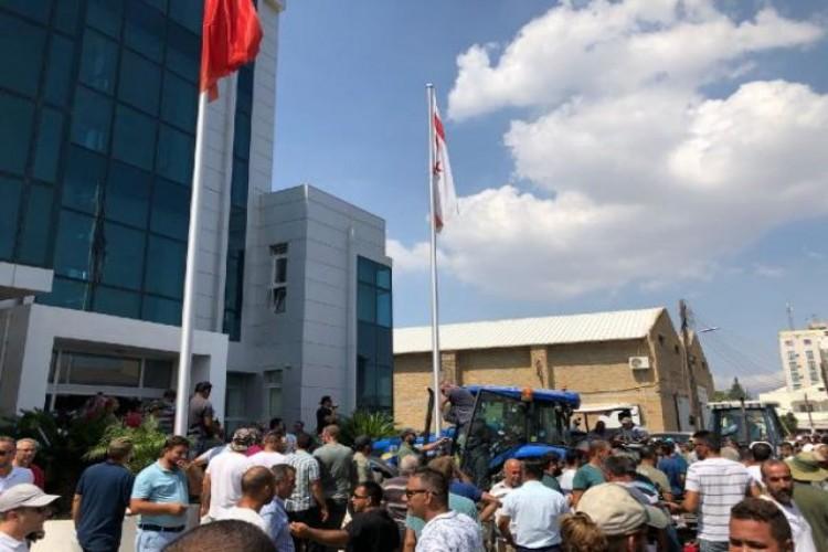 KKTC'de zamlar nedeniyle Tarım Bakanlığı'nı bastılar