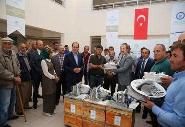 Bayburt'ta Arıcılık Kursiyerlerine Arıcılık Malzemesi Dağıtıldı