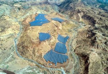Elverişsiz Arazilerde Çevre Dostu Güneş Paneli Tarlaları Kuruluyor