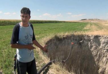 Tarlaya Su Hattı Döşerken 15 Metre Derinliğinde Obruk Oluştu