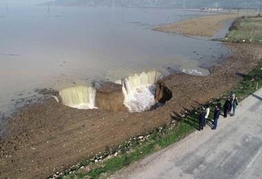 İzmir'de aşırı yağışlardan sonra tarlalarda ürküten obruklar