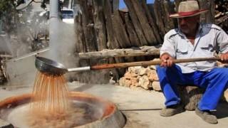 Uzuncaburç Antik Kenti'nde üzüm pekmezi yapma geleneği binlerce yıldır sürüyor