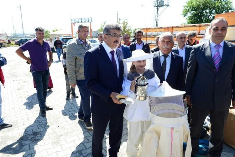 Ardahan'da Genç Çiftçilere Kovanları Teslim Edildi